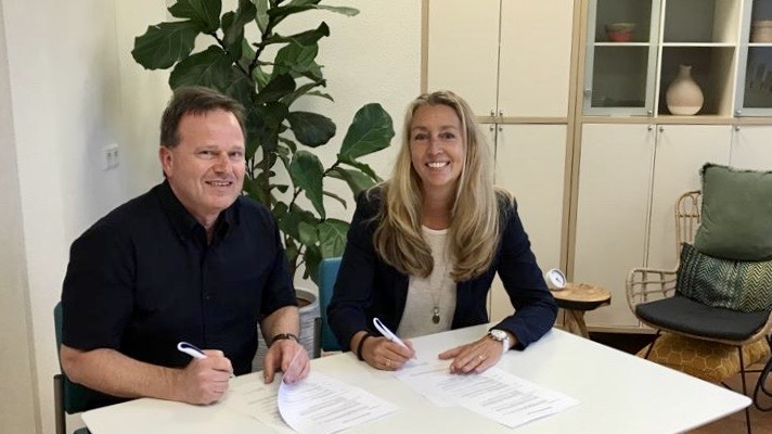 Peter Viehoff (Fysio- en manuele Therapie 't Gilde) en Annemarie Beintema (Cancer Care Center) bezegelen hun samenwerking door ondertekening van het contract